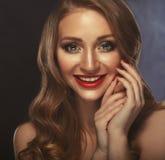 Sorriso feliz! retrato do close up do modelo caucasiano de sorriso 'sexy' com os bordos vermelhos do encanto, composição brilhant foto de stock