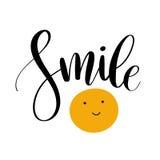 Sorriso Frase ispiratrice di citazione Iscrizione moderna di calligrafia con il sorriso disegnato a mano Iscrizione per il web, l Fotografia Stock Libera da Diritti