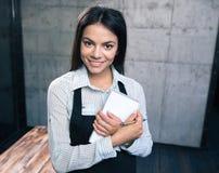 Sorriso garçom consideravelmente fêmea no avental fotografia de stock royalty free
