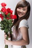 Sorriso grande na menina asiática com rosas Fotos de Stock Royalty Free