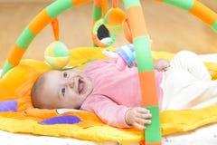 Sorriso inocente do bebê imagem de stock