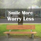Sorriso ispiratore del ` di citazione più preoccupazione meno ` Immagine Stock