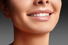 Sorriso largo da mulher bonita nova, dentes brancos saudáveis perfeitos Alvejante, ortodont, dente do cuidado e bem-estar dentais fotos de stock