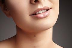 Sorriso largo da mulher bonita nova, dentes brancos saudáveis perfeitos Alvejante, ortodont, dente do cuidado e bem-estar dentais foto de stock
