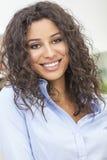 Sorriso latino-americano feliz bonito da mulher Imagens de Stock