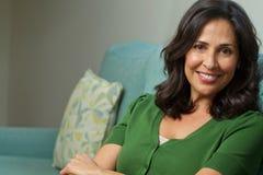 Sorriso latino-americano seguro bonito da mulher Foto de Stock