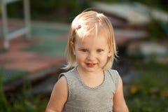 Sorriso louro pequeno da menina Fotografia de Stock Royalty Free