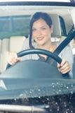 Sorriso luxuoso do carro da movimentação atrativa da mulher de negócios Imagem de Stock Royalty Free