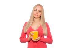 Sorriso modelo louro com o copo da bebida quente imagem de stock