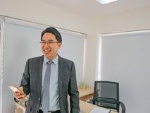 Sorriso moderno dell'uomo di affari, fotografia stock