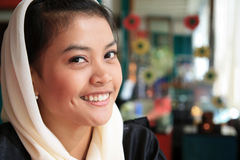 Sorriso muçulmano da mulher Fotos de Stock