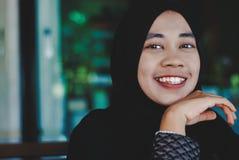 Sorriso muçulmano novo da menina fotografia de stock