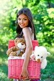Sorriso mulher caucasiano consideravelmente nova no parque foto de stock royalty free