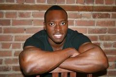 Sorriso muscular preto do homem fotografia de stock