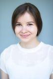 Sorriso naturale della ragazza della brunetta del ritratto Immagini Stock Libere da Diritti