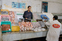 Sorriso no mercado de peixes imagem de stock royalty free