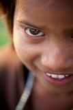 Sorriso non colpevole del bambino femminile indiano Immagine Stock