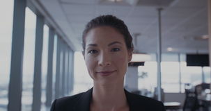 Sorriso novo bonito da mulher de negócio video estoque