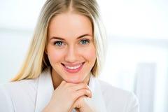 Sorriso novo da mulher de negócio imagens de stock