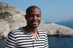 Sorriso novo do homem negro, ao ar livre Imagens de Stock