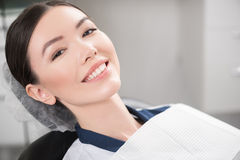 Sorriso paciente que parte no escritório dental foto de stock