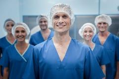 Sorriso positivo esperto do cirurgião imagem de stock royalty free