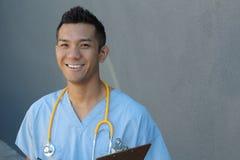 Sorriso profissional dos cuidados médicos filipinos consideráveis fotografia de stock royalty free