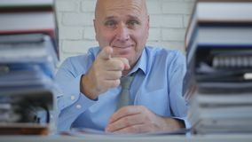 Sorriso satisfeito de In Archive Room do homem de negócios e apontar com dedo imagem de stock royalty free