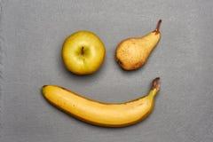 Sorriso sbattente le palpebre allegro fatto dei frutti gialli Fotografia Stock