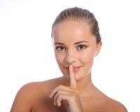 Sorriso secreto quieto do sustento da mulher bonita imagem de stock royalty free