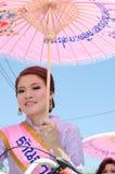 sorriso tailandês da senhora do ⢠na parada do pedal uma bicicleta. Imagens de Stock Royalty Free