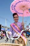 sorriso tailandês da senhora do ⢠na parada do pedal uma bicicleta. Foto de Stock Royalty Free