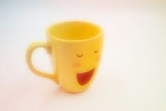 Sorriso, tazza felice su fondo bianco Immagini Stock