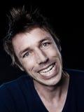 Sorriso toothy facente smorfie del ritratto divertente dell'uomo fotografia stock