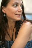 Sorrisos bonitos do brunette Imagem de Stock Royalty Free