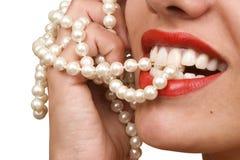 Sorrisos da mulher que mostram os dentes brancos Fotos de Stock