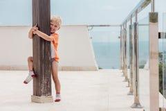Sorrisos e jogo da criança no terraço imagens de stock royalty free