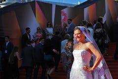 Sorrisos e poses de Maria Golubkina para fotos Fotografia de Stock Royalty Free