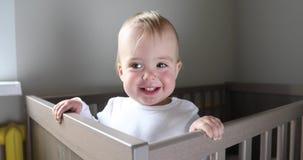Sorrisos e risos do bebê na ucha video estoque