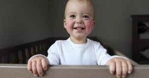 Sorrisos e risos do bebê na ucha filme