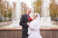Sorrisos felizes de recém-casados novos imagem de stock