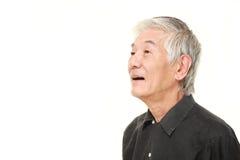 Sorrisos japoneses superiores do homem Imagens de Stock