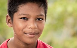 Sorrisos malaios novos do menino alegremente foto de stock royalty free