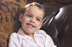 Sorrisos novos adoráveis do menino fotos de stock