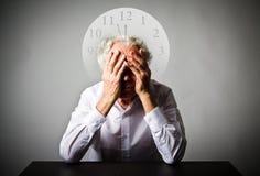 sorrow Ancião nos pensamentos O ancião está esperando Três minutos t Foto de Stock