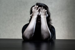 Sorrowfull kvinna som döljer hennes framsida i händer Royaltyfri Bild