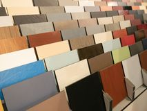 Sort d'échantillons artificiels de matériaux de décoration au studio de conception intérieure photographie stock libre de droits