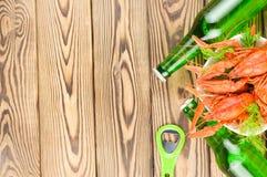 Sort d'écrevisses rouges bouillies et d'aneth frais vert dans la cuvette en céramique blanche près de deux pleines bouteilles d'o image libre de droits