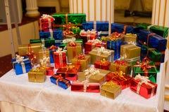 Sort de cadeaux sur la table Photos stock