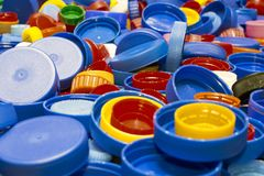Sort de capsules en plastique multicolores, plan rapproché photo stock